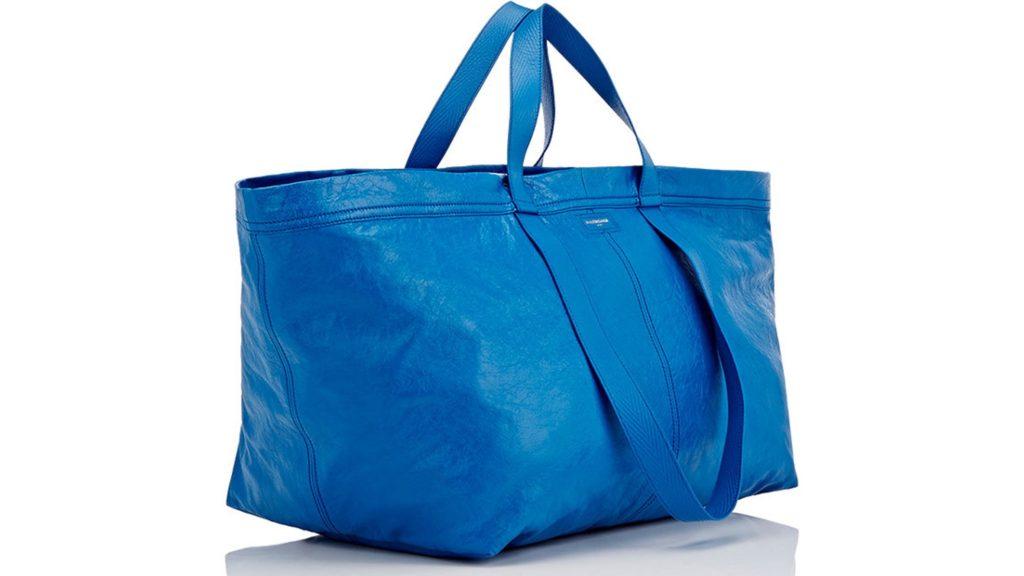 7fc46721a53 Luksusbränd Balenciaga esitles hiljuti oma uut ja trendikalt suurt sinist  käekotti, mis on äravahetamiseni sarnane IKEA ülipopulaarse Frakta kotiga.