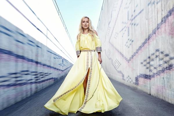 ab3b1730f6a Kuigi Lenna on meile tuntud kui imeline laulja, õpib ta hetkel Räpina  aianduskoolis tekstiilikäsitööd, nii et meile pole üllatus, et koostöös  Tallinn ...
